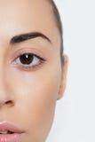 Mooie vrouwen helft-gezicht dichte omhooggaande studio op wit Royalty-vrije Stock Afbeelding