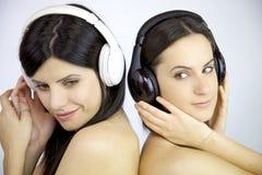 Mooie vrouwen het luisteren naakte muziek Stock Foto's