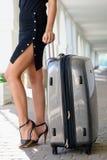 Mooie vrouwen met bagage in openlucht Royalty-vrije Stock Afbeeldingen