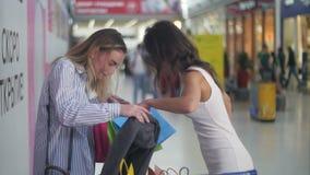 Mooie vrouwen met boodschappenwagentje dichtbij supermarkt het serching voor iets stock video