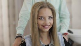 Mooie vrouwen modelglimlachen na kapsel in salon Volumekapsel stock footage
