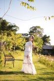 Mooie vrouwen op het gebied van bloemen en zonneschijn stock fotografie