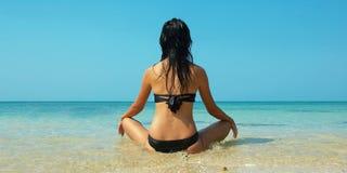 Mooie vrouwen op het strand Royalty-vrije Stock Afbeelding