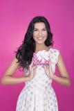 Mooie vrouwen op roze achtergrond met heden Partij Liefde Gift Royalty-vrije Stock Foto