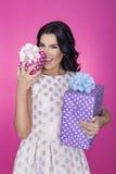 Mooie vrouwen op roze achtergrond met heden Partij Liefde Gift Royalty-vrije Stock Foto's