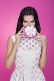 Mooie vrouwen op roze achtergrond met heden Partij Liefde Gift Stock Afbeelding