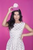Mooie vrouwen op roze achtergrond met heden Partij Liefde Gift Stock Foto's