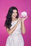 Mooie vrouwen op roze achtergrond met heden Partij Liefde Gift Royalty-vrije Stock Fotografie