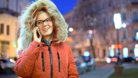 Mooie vrouwen sprekende telefoon in de stad stock videobeelden