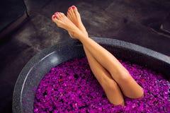 Mooie vrouwenbenen in bad stock afbeelding