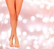 Mooie vrouwenbenen op een abstracte achtergrond Royalty-vrije Stock Afbeelding