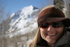 Mooie vrouwenglimlach met bergen stock foto's