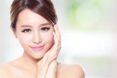 Mooie vrouwenglimlach met schone gezichtshuid Stock Foto's