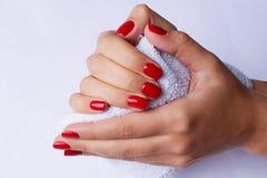 Mooie vrouwenhanden die een handdoek houden stock afbeelding