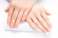 Mooie vrouwenhanden Kuuroord en manicure Zachte huid, het concept nagelverzorging Stock Foto's