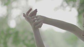 Mooie vrouwenhanden op een vage achtergrond stock video