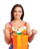 Mooie vrouwenholding het winkelen zak royalty-vrije stock fotografie