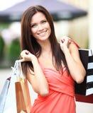 Mooie vrouwenholding het winkelen zakken stock foto's