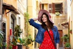 Mooie vrouwenholding hoed en het stellen Royalty-vrije Stock Afbeelding