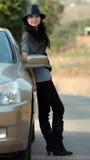 Mooie vrouwenkant door een auto royalty-vrije stock afbeeldingen