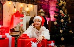 Mooie vrouwenkerstmis De vooravond van Kerstmis De elegante dame over Kerstboom steekt achtergrond aan Vrolijke Kerstmis Nieuw ja stock afbeeldingen