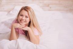 Mooie vrouwenontwaken in het bed Royalty-vrije Stock Foto's