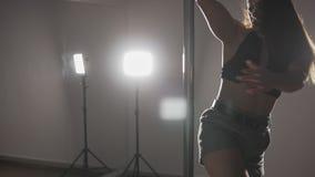 Mooie vrouwenpool die bij donkere studio met spiegel dansen Sluit omhoog van meisje stock footage