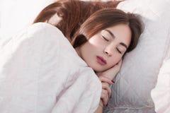 Mooie vrouwenslaap in bedclose-up Royalty-vrije Stock Fotografie