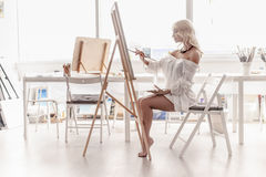 Mooie vrouwenverven op canvas Royalty-vrije Stock Afbeeldingen