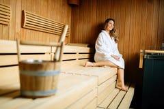 Mooie vrouwenzitting in finse sauna Royalty-vrije Stock Foto