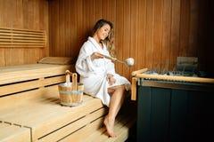 Mooie vrouwenzitting in finse sauna Royalty-vrije Stock Foto's