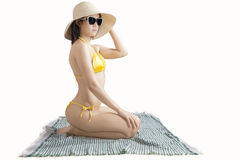 Mooie vrouwenzitting op mat met bikini Stock Afbeeldingen
