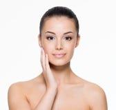 Mooie vrouwenzorgen voor het gezicht Royalty-vrije Stock Afbeelding