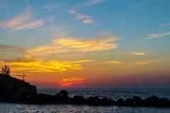 Mooie vurige zonsondergang over het overzees Kroatië stock fotografie