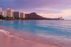 Mooie Waikiki-strand purpere zonsondergang stock foto's