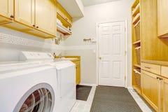 Mooie wasserijruimte in nieuw huis Stock Fotografie