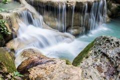 Mooie waterdaling op een rots in Thailand, Erawan-waterval bij stock fotografie