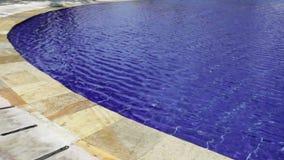 Mooie waterspiegel in pool stock video