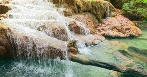 Mooie waterval bij het nationale park van Erawan, Kanchanaburi-Provincie in West-Thailand stock footage