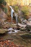 Mooie waterval in bos, de herfstlandschap Stock Foto's