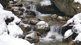 Mooie waterval in de alpen stock footage