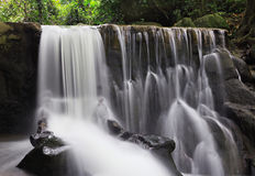 Mooie waterval in de wildernis Stock Afbeeldingen