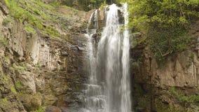 Mooie waterval onder de rotsen in het centrum van Tbilisi stock videobeelden