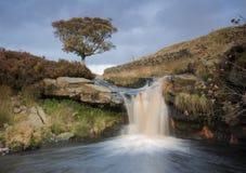 Mooie waterval op de heide in Yorkshire Stock Afbeelding