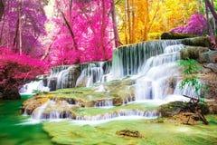 Mooie waterval in prachtig de herfstbos van nationaal park, de waterval van Huay Mae Khamin, Kanchanaburi-Provincie stock afbeeldingen