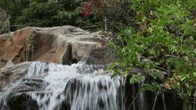 Mooie waterval Water die neer draperen stock footage