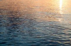 Mooie weerspiegeling van het zonlicht in het overzees bij zonsondergang Stock Fotografie