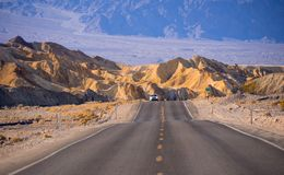Mooie weg door het Nationale Park van de Doodsvallei in Californië Stock Foto