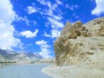 Mooie weg met blauwe hemel Royalty-vrije Stock Foto