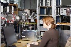 Mooie wetenschapper in kern elektronisch laboratorium Royalty-vrije Stock Foto